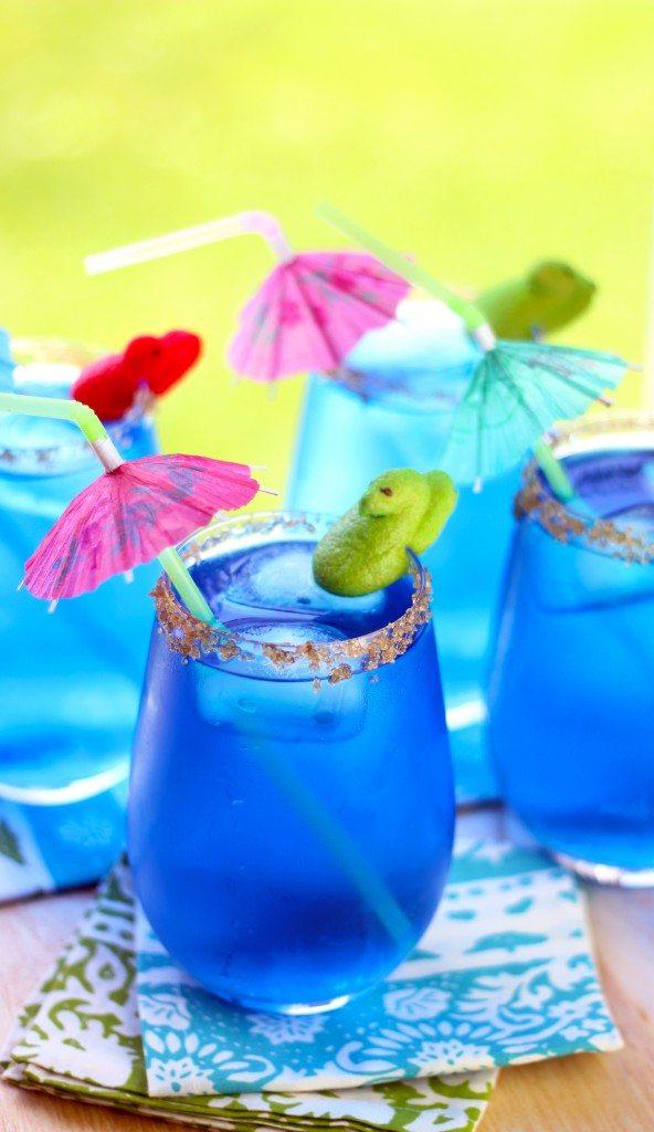 Kids will love these easy to make pool side Peeps Minis drinks. #PEEPSMINISWM