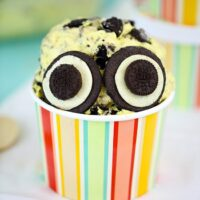 CUTE ALERT! No Churn Minion Ice Cream recipe. Delicious kid friendly ice cream loaded with bananas of course... and Oreo cookies.