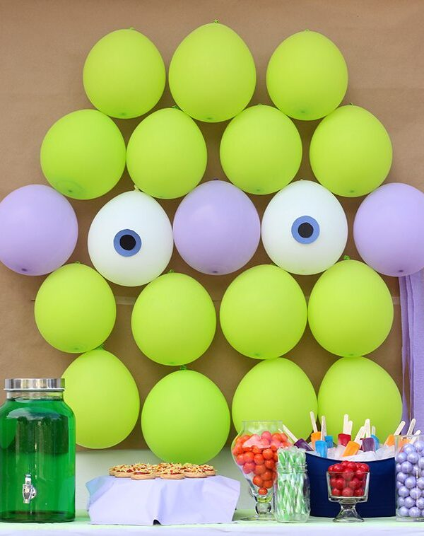 Teenage Mutant Ninja Turtles Party Ideas galore. TMNT Baloons, TMNT Drinks, TMNT Popsicles, TMNT Pizza Cookies and more. The cutest party table set up!