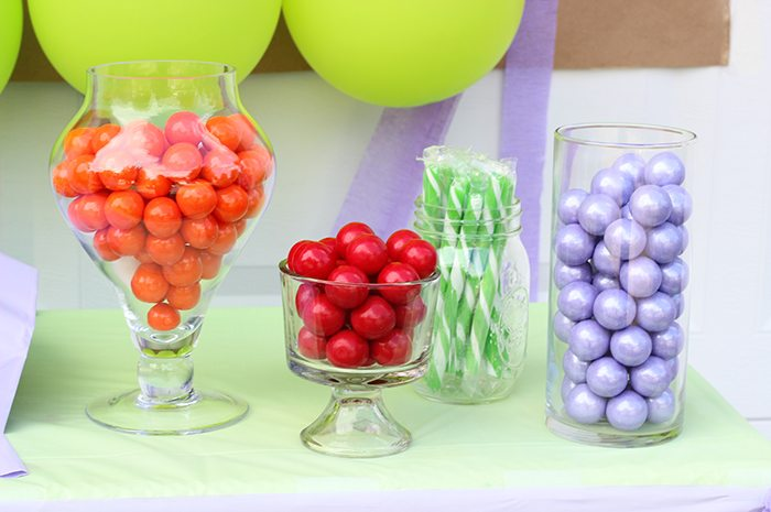 Teenage Mutant Ninja Turtles Party Ideas galore. TMNT Balloons, TMNT Drinks, TMNT Popsicles, TMNT Pizza Cookies and more. The cutest party table set up!