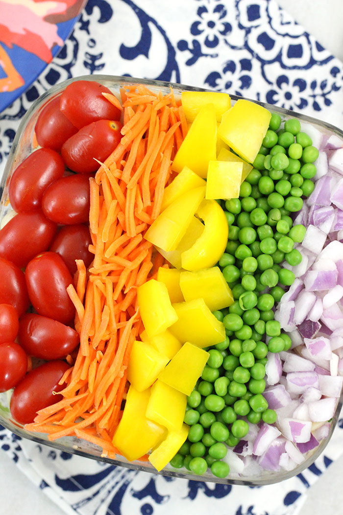 Rainbow Pasta Salad that's SO easy to make. Crowd Pleaser with colorful fresh veggies.