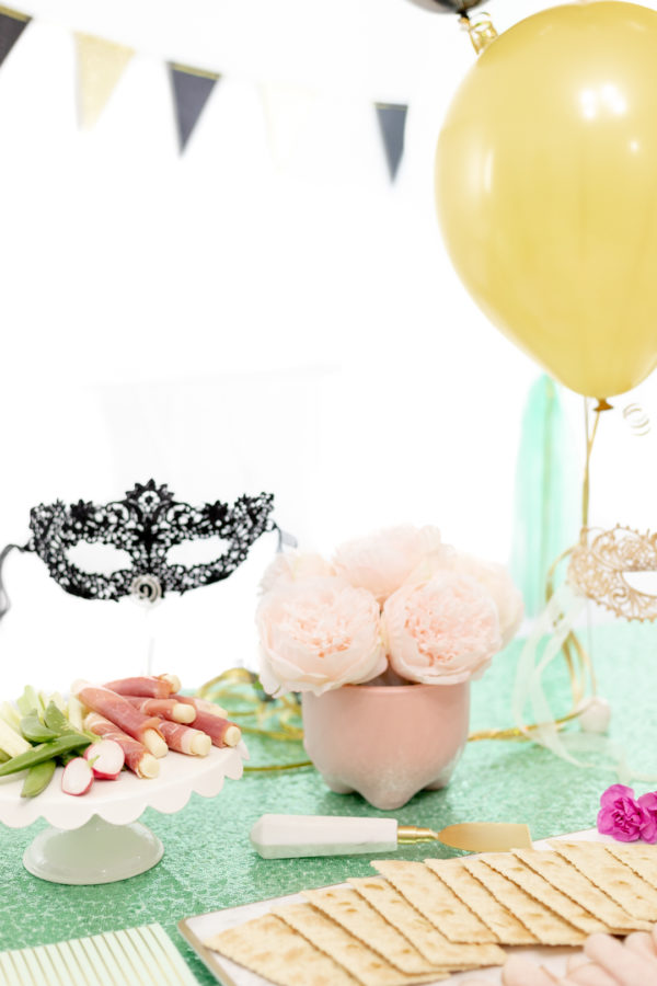 masquerade party table with balloons