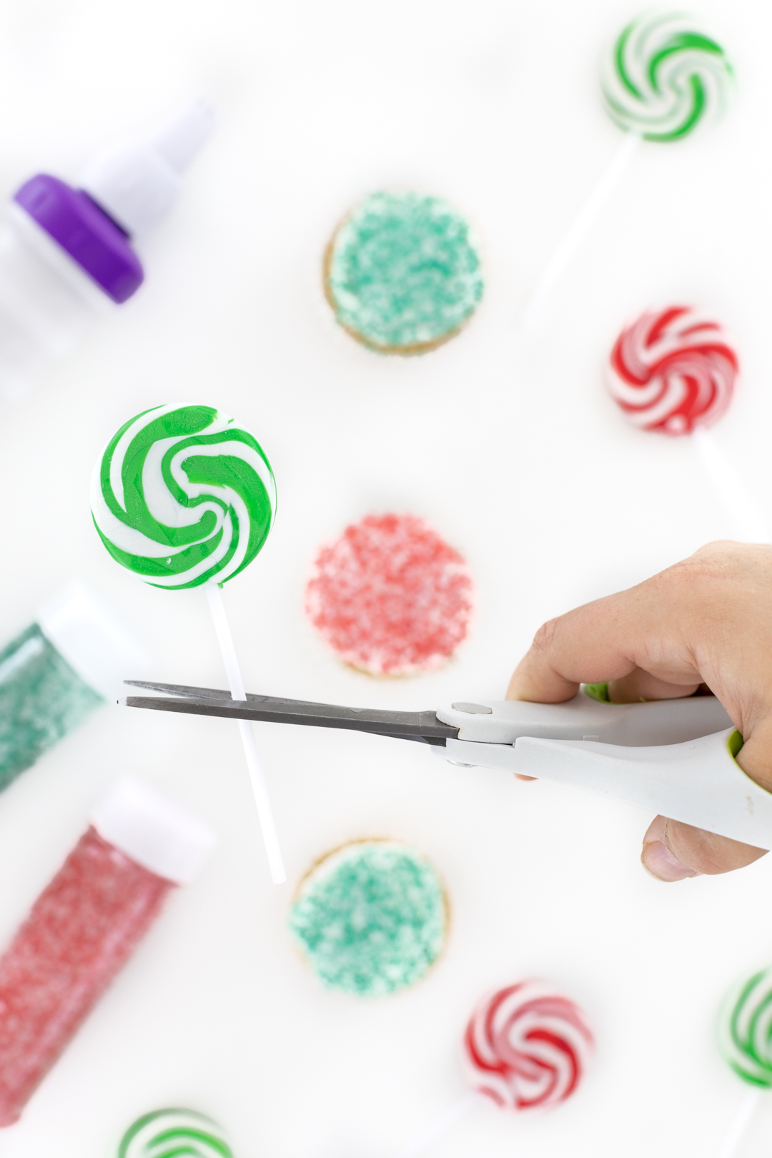 Trim lollipop sticks to insert them into the cupcakes