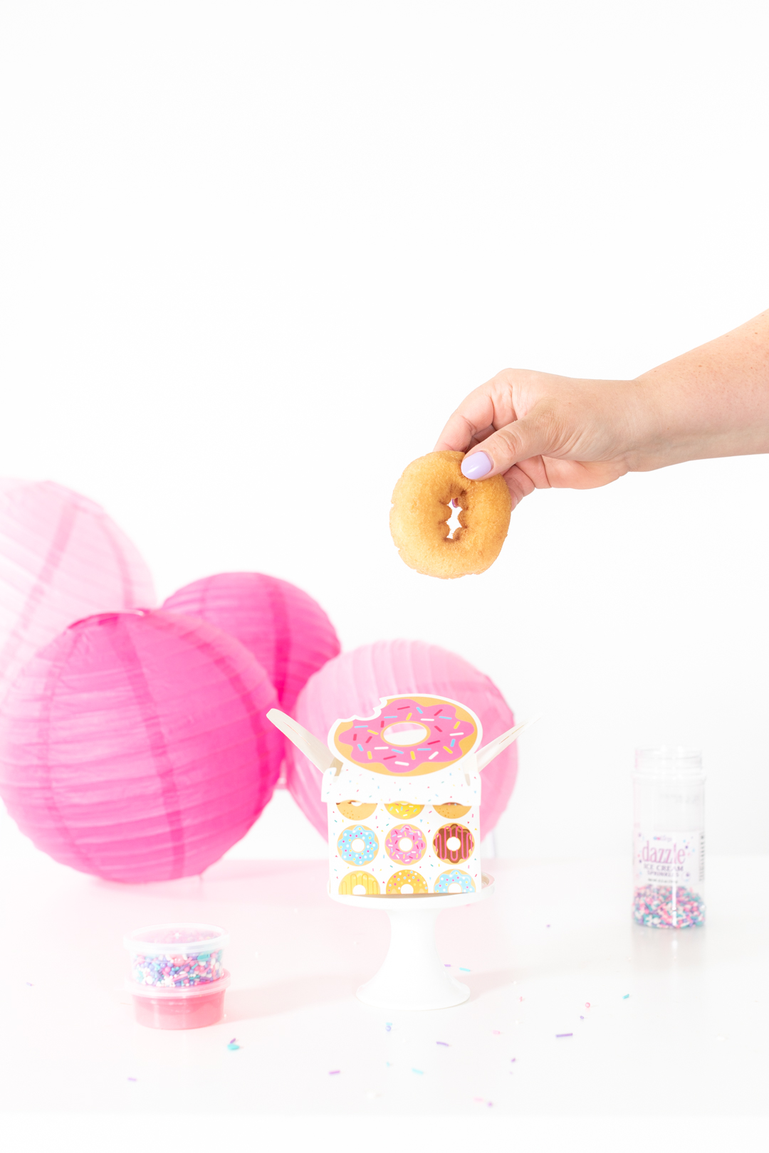 adding donut to a donut favor box
