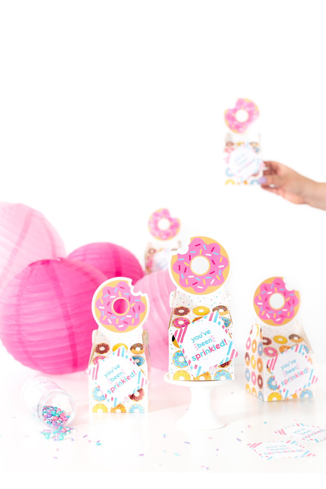 donut gift ideas for donut lovers. cute little tiny donut favor boxes for gifting donuts